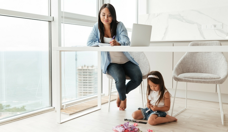 How to afford to be a stay at home mom. Become a VA and make enough money to afford to stay home with your kids. Become a virtual assistant and rock at making an income online.
