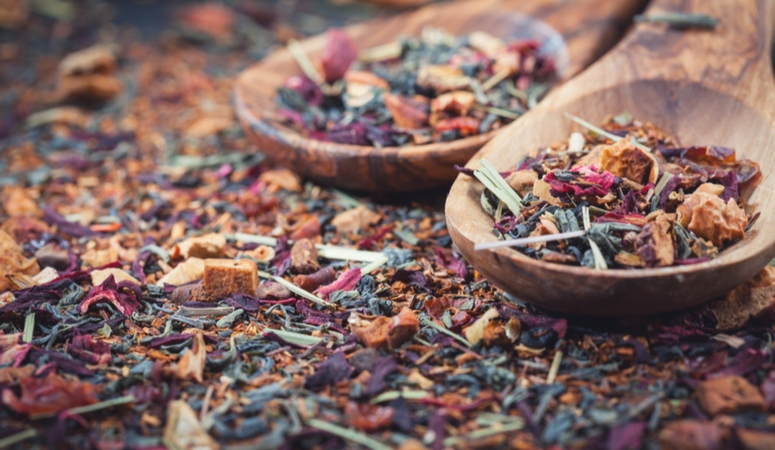 How to teach yourself about herbs. Want to learn herbalism? These simple steps will start you on your herbal journey! So many great and useful tips! The Herbal Academy Review.